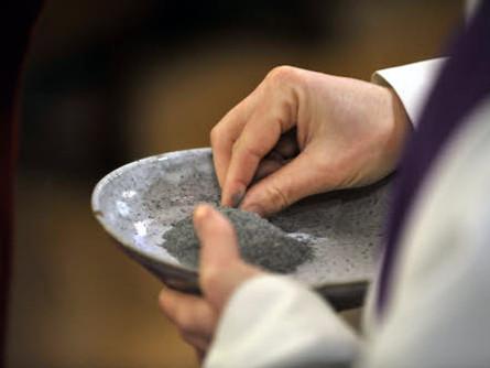 21 FÈvrier 2012 : Messe des cendres en l' Egl. Sainte Anne de la Butte aux Cailles, Paris (75), France.   February 21th, 2012 : Mass on Ash Wednesday. Sainte Anne de la Butte aux Cailles Ch., Paris (75), France.